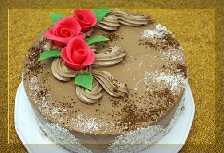 Tort orzechowy zdekoracją